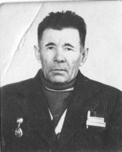 Абайдуллин Ахат Азанович. Родился 7 ноября 1914 года. Ушел на фронт в сентябре 1941 года. Был командиром минометного отделения, воевал на Волховском фронте. Весной 1942 года был тяжело ранен, попал в плен. Вильянди, Освенцим, Майданек - лагеря смерти, в которых пришлось побывать Ахату Азановичу. № на груди 10949. Но он выжил, выжил с 19-тью осколками снаряда в голове. Умер в 1983 году.