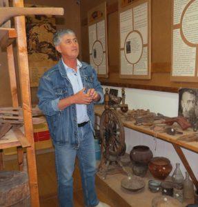 Абдулин М. Р. проводит экскурсию в музее Ушаровской школы