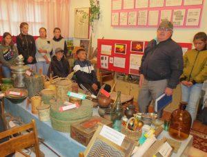 Быков А. М. проводит экскурсию в музее Овсянниковской школы
